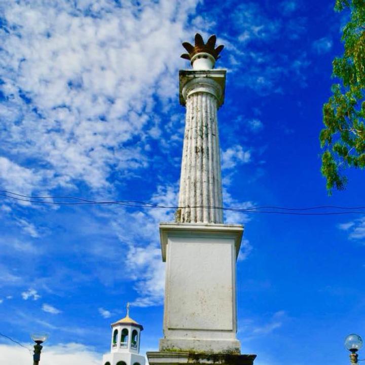 Corona de Reyna Isabel II Monument